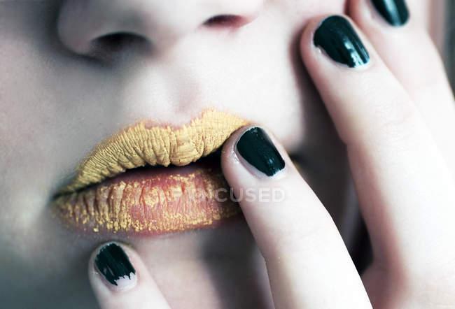 Abgeschnitten Bild des weiblichen Make-up Lippen mit Lippenstift gelb — Stockfoto