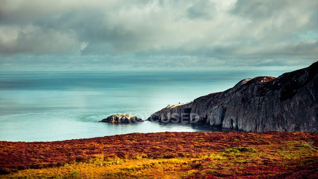 Морський пейзаж з барвистими берегової лінії — стокове фото