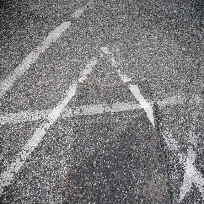 Vue recadrée de panneau de signalisation urbaine sur l'asphalte — Photo de stock