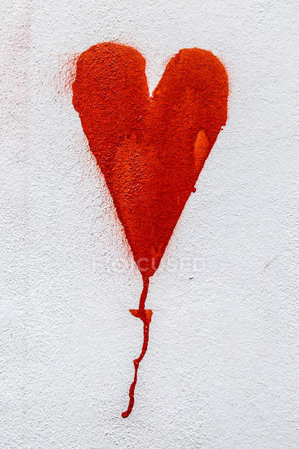 White wall with painted red heart art — Stock Photo