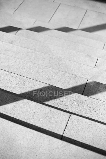 Vista parcial de escada de concreta com sombras de guarda-corpo — Fotografia de Stock