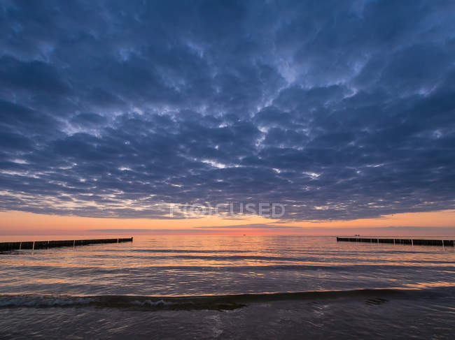 Краєвид моря з пляжем — стокове фото
