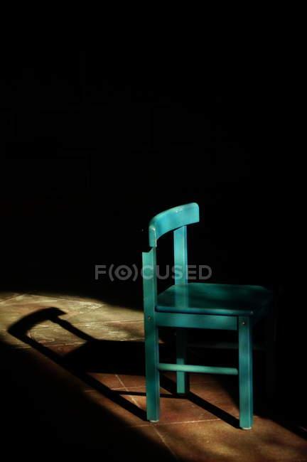 Cadeira vazia de turquesa na luz solar — Fotografia de Stock