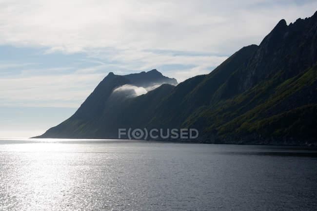 Морський пейзаж з красиві скелясті узбережжя в sunshine — стокове фото