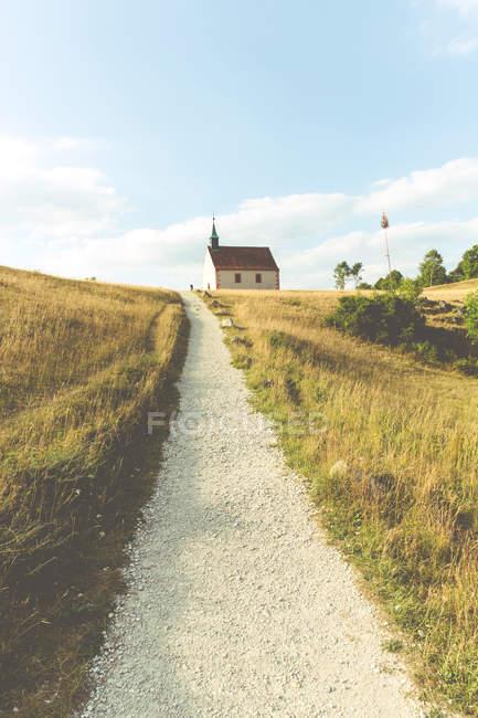 Natur-Landschaft mit Weg zum Haus durch Wiese — Stockfoto