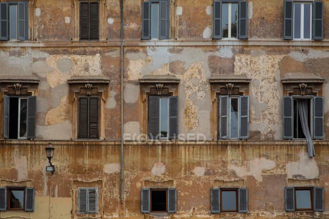 Costruzione di architettura esterna, costruzione invecchiata di casa danneggiata — Foto stock