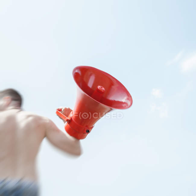 Дневное движение вид лица, перевозящих красный громкоговоритель — стоковое фото