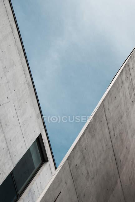 Facciata di edifici moderni con angoli e pareti in calcestruzzo — Foto stock