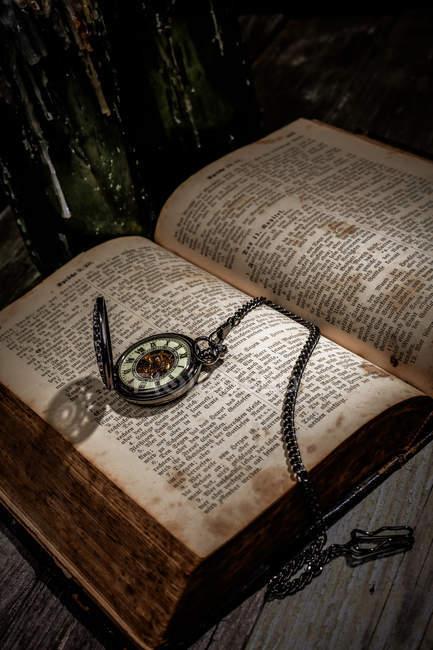Стародавні біблійні книги і vintage рука дивитися — стокове фото