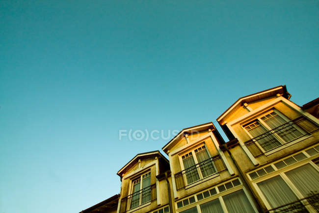 Exterior shot of building facade and blue sky — Stock Photo