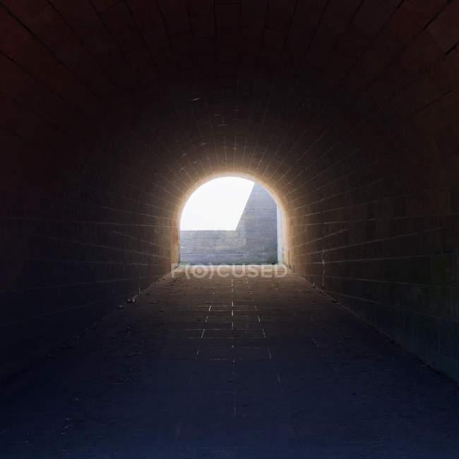 Scena urbana, vista interna tunnel e la luce alla fine — Foto stock