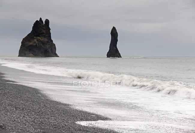Скелястий берег подання в moody wather — стокове фото