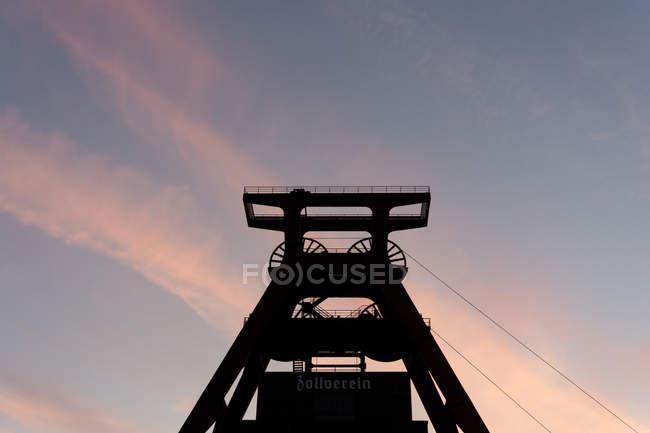 Silhouette der Mine Turm gegen Sonnenuntergang Himmel — Stockfoto