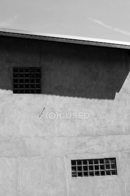 Architecture en béton de construction avec windows, noir et blancs — Photo de stock