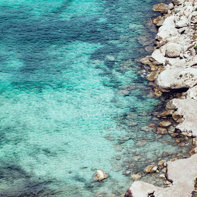 Küste am sonnigen Tag — Stockfoto