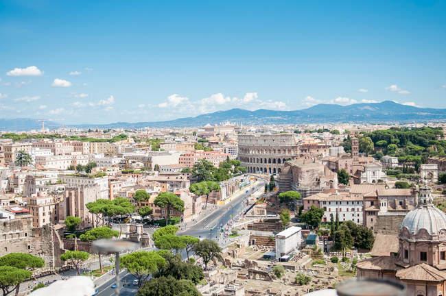 Paesaggio urbano del centro storico di Roma con il Colosseo e le rovine, famosa destinazione turistica, Italia — Foto stock