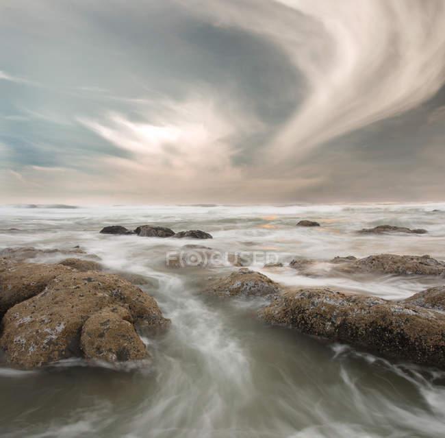 Течет вода размытие движения — стоковое фото