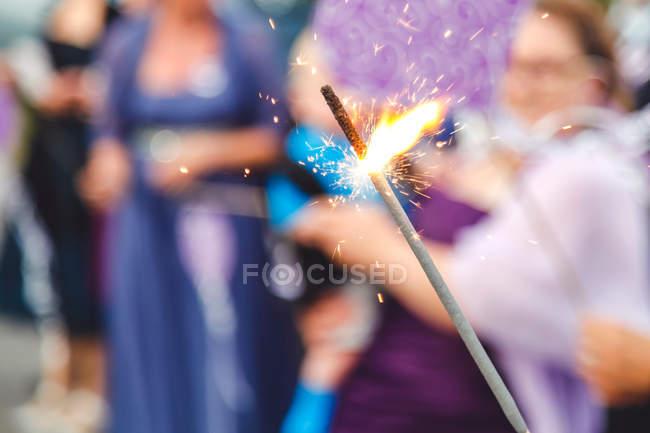 Крупным планом вид горения Спарклер, фиолетовый фон — стоковое фото