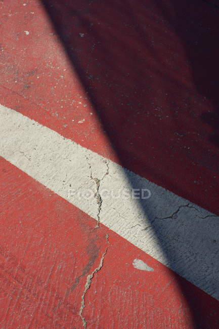 Красная дорога крышка с белой полосой линии — стоковое фото