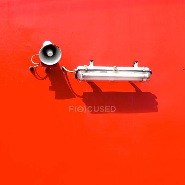 Lichtelement und Lautsprecher auf roten Wand — Stockfoto