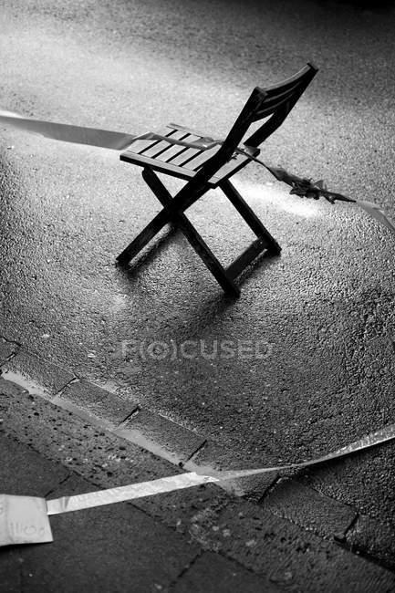 Chaise et route rue mouillée — Photo de stock