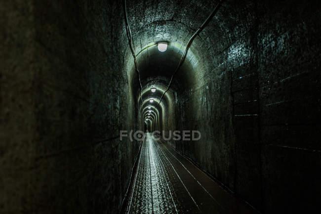 Scena urbana, vista interna tunnel scuro — Foto stock