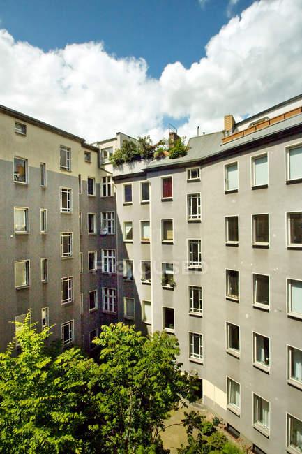 Immeubles d'habitation dans quartier résidentiel — Photo de stock