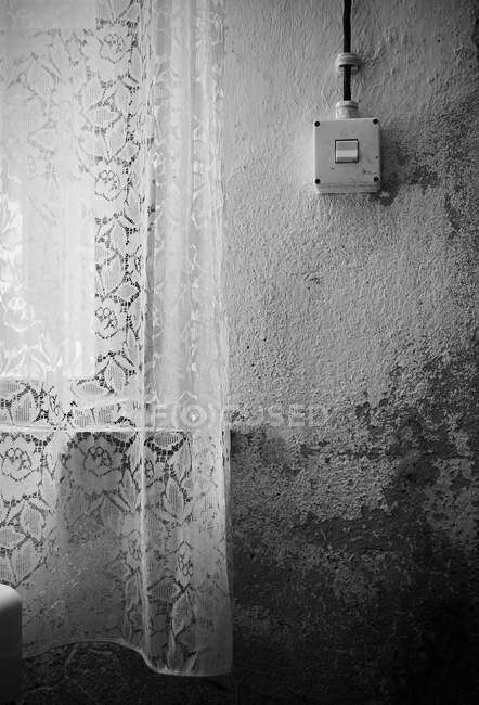 Vista diurna de la cortina y la luz activar pared blanca shabby - foto de stock