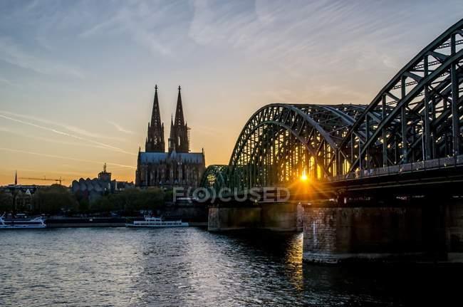 Городской пейзаж с моста через реку — стоковое фото