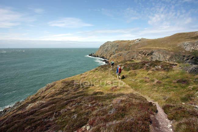 People hiking on coast — Stock Photo