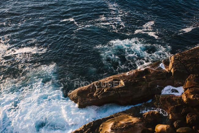 Paysage marin avec la côte rocheuse — Photo de stock