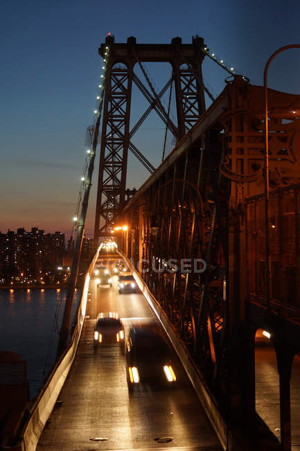 Beleuchtete Nacht Stadtbild mit Verkehr auf der Brücke, Bewegungsunschärfe — Stockfoto