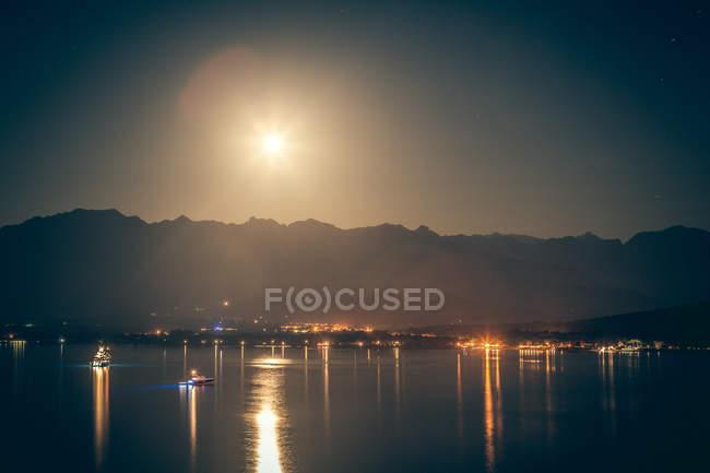 Міський пейзаж з повний місяць — стокове фото
