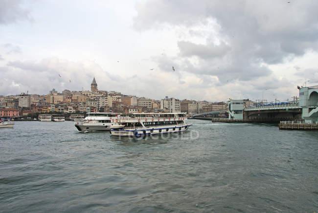 Архітектура будівель і пасажирських суден та лодочних поїздку в Стамбул — стокове фото
