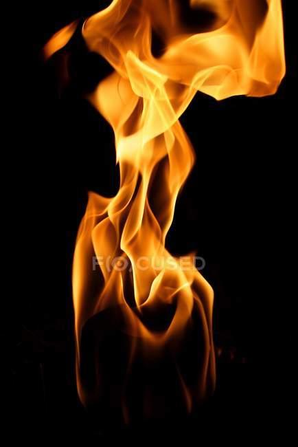 Feuer auf schwarzem hintergrund — Stockfoto