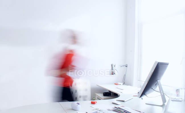 Bewegung Blick auf Frau zu Fuß zum modernen Arbeitsplatz im Büro — Stockfoto
