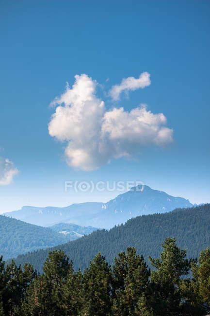 Nube en el cielo azul sobre las montañas - foto de stock