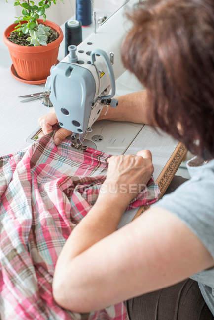Frau auf der Nähmaschine nähen — Stockfoto