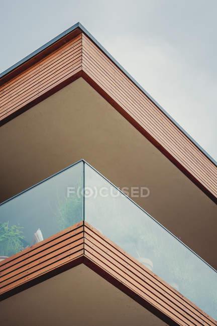 Costruzione geometrica con terrazze all'aperti — Foto stock