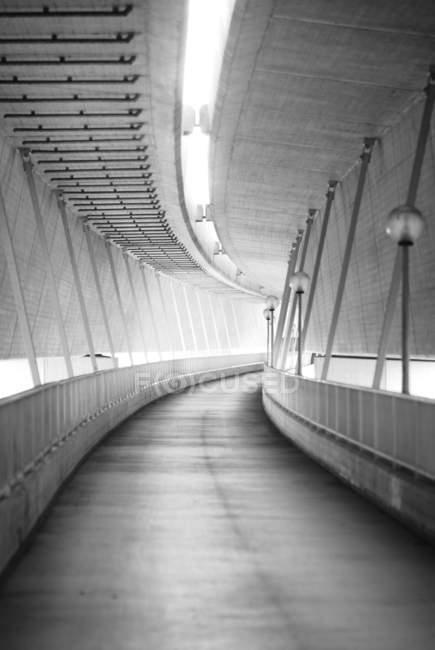 Scena urbana con vista sole e tunnel — Foto stock