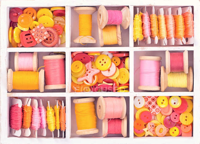 Sewing spools and buttons — Stock Photo