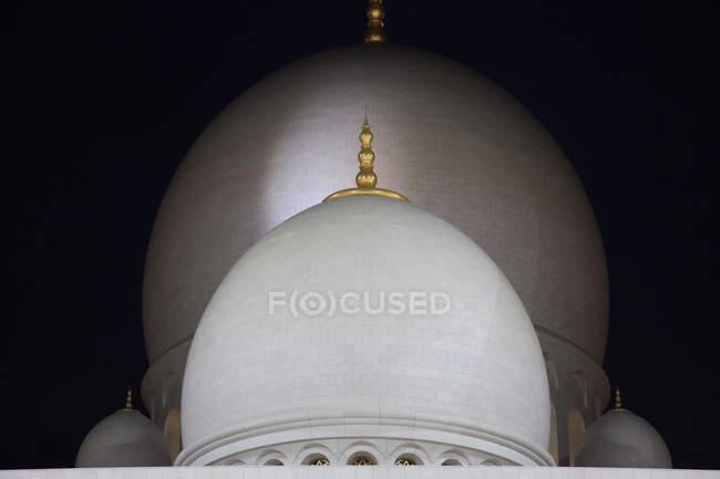 Cúpulas en la azotea de la mezquita de Abu Dhabi, Emiratos Árabes Unidos Emiratos Árabes Unidos - foto de stock