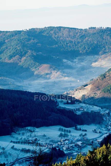 Краєвид гір з пагорбів і маленькому селі будинків — стокове фото