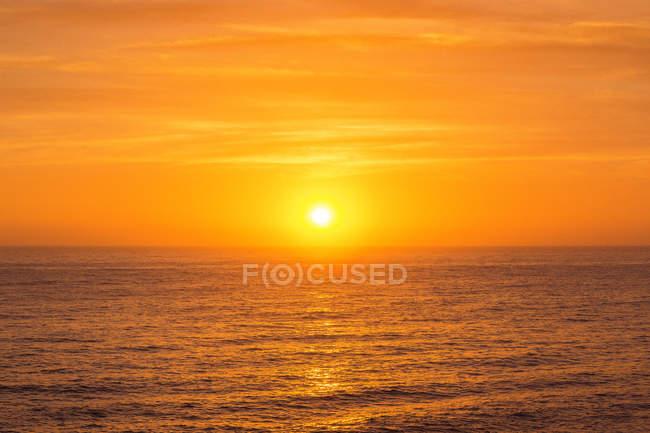 Восход солнца по морю — стоковое фото