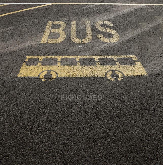 Panneau d'arrêt de bus sur la surface asphaltée — Photo de stock