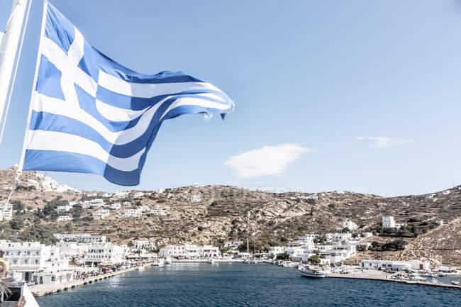 Villaggio di pescatori tradizionale in Grecia, sventolando la bandiera nazionale — Foto stock
