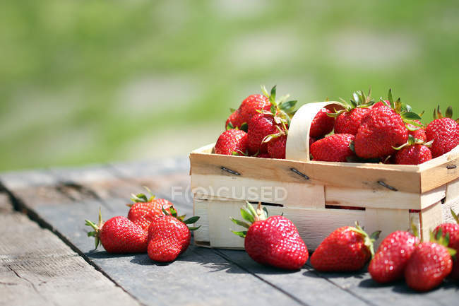Wooden container with fresh ripe strawberries — Stock Photo