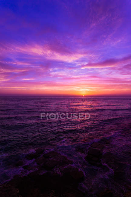 Stunning colorful sunset over ocean — Stock Photo