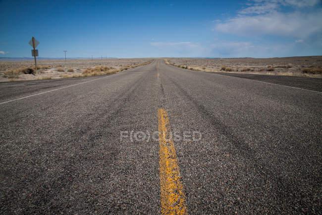 Асфальт шоссе дорога в пустыне — стоковое фото