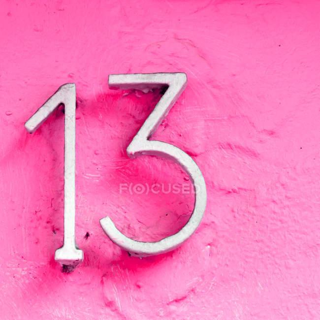 Крупным планом вид числа на розовые стены — стоковое фото